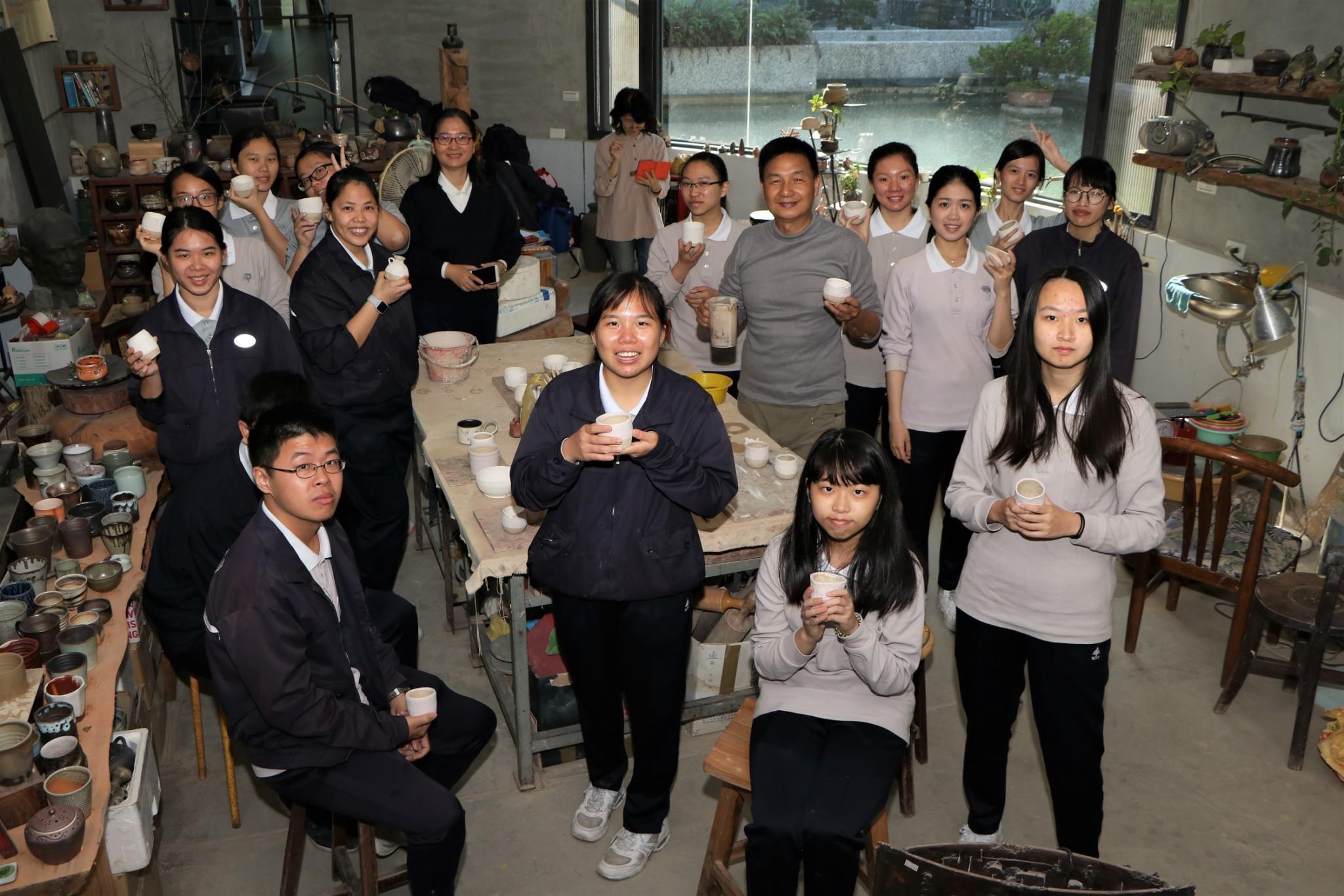 慈濟科技大學第十屆駐校藝術家 帶領學生DIY陶作小物-校園大小事
