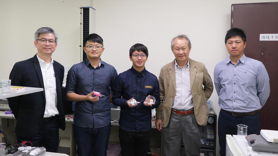 成大材料系洪飛義教授團隊 創新研發噴墨印表機噴印鎵電池-3D列印電池
