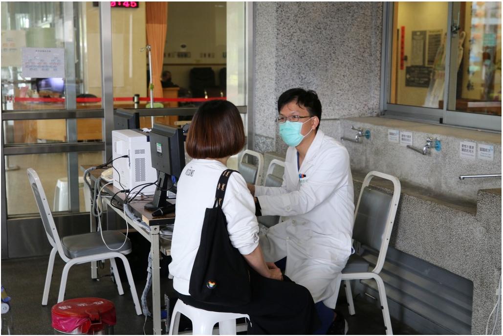 超前防疫!慈濟醫院設全台第一院外負壓採檢室-COVID-19