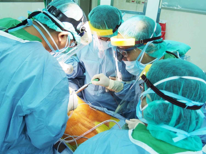 克服疫情國境封鎖!北榮暖助越南女主播來台捐肝救愛女-PCR篩檢