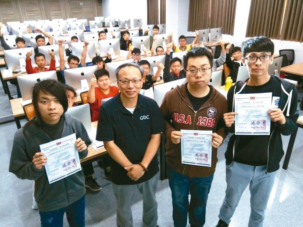 龍華科大4生 首度通過ios遊戲設計師認證 薪資上看40K-校園新聞