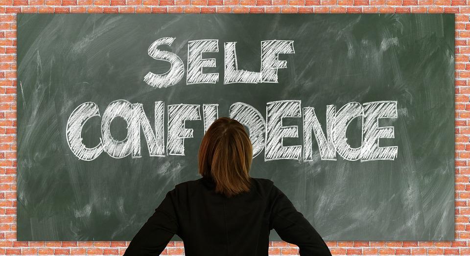 建立自信心的好方法,不是對著鏡子大喊我好棒,而是徹底了解自己,全然接受自己-人生勝利
