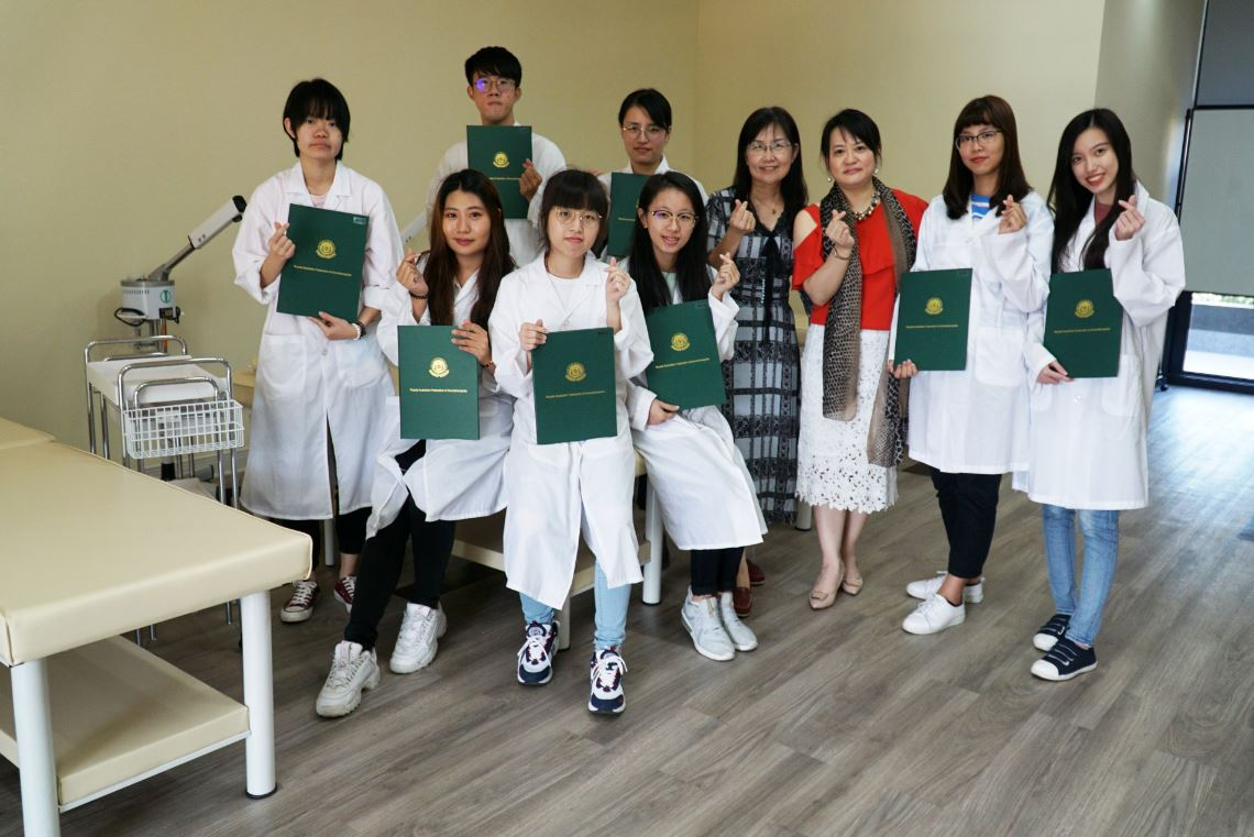 大葉大學打造考場級學習場域  藥保系8生考取瑞典式按摩國際證照-大葉大學藥用植物與保健學系