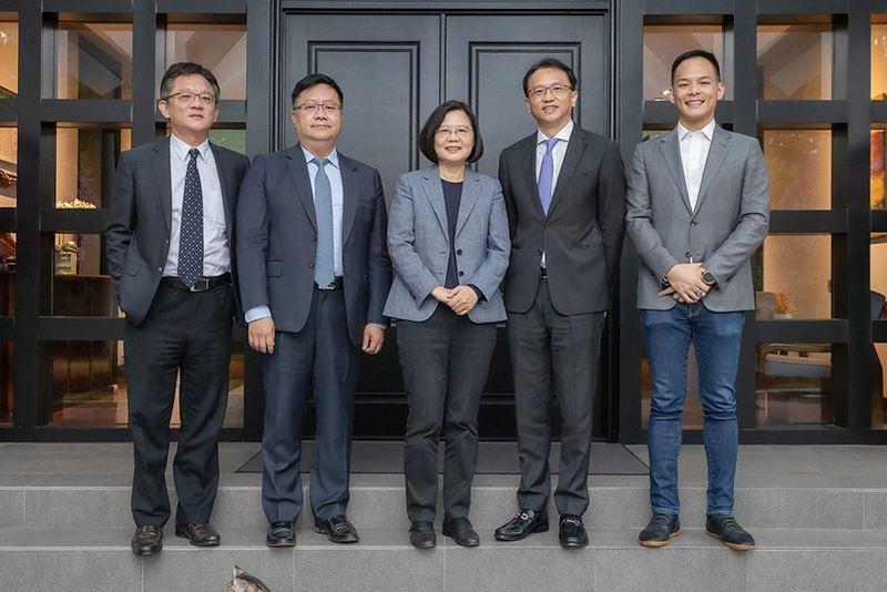 成大校友陳俊聖、張嘉淵獲總統接見 擔任亞太經濟合作(APEC)企業諮詢委員會代表-交通管理科學系