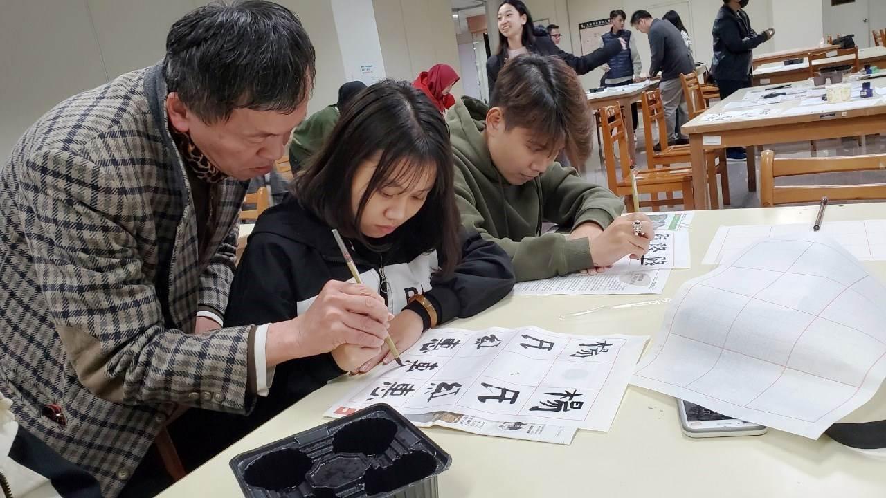 元培醫事科技大學舉辦外籍學生藝術養生書法工作坊暨國際競賽-中華文化推廣