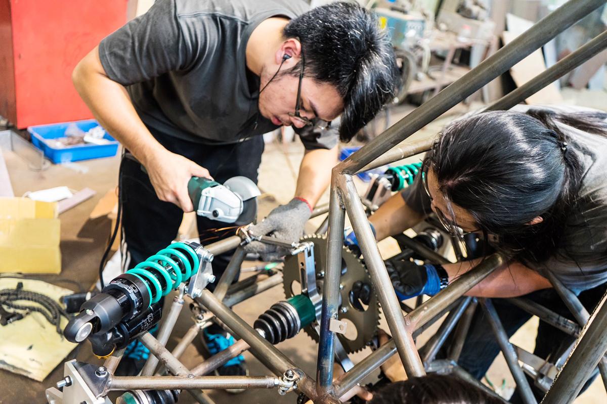 從宿舍萌芽的夢想站上國際舞台 成大方程式賽車隊自組挑戰不可能-工程科學系