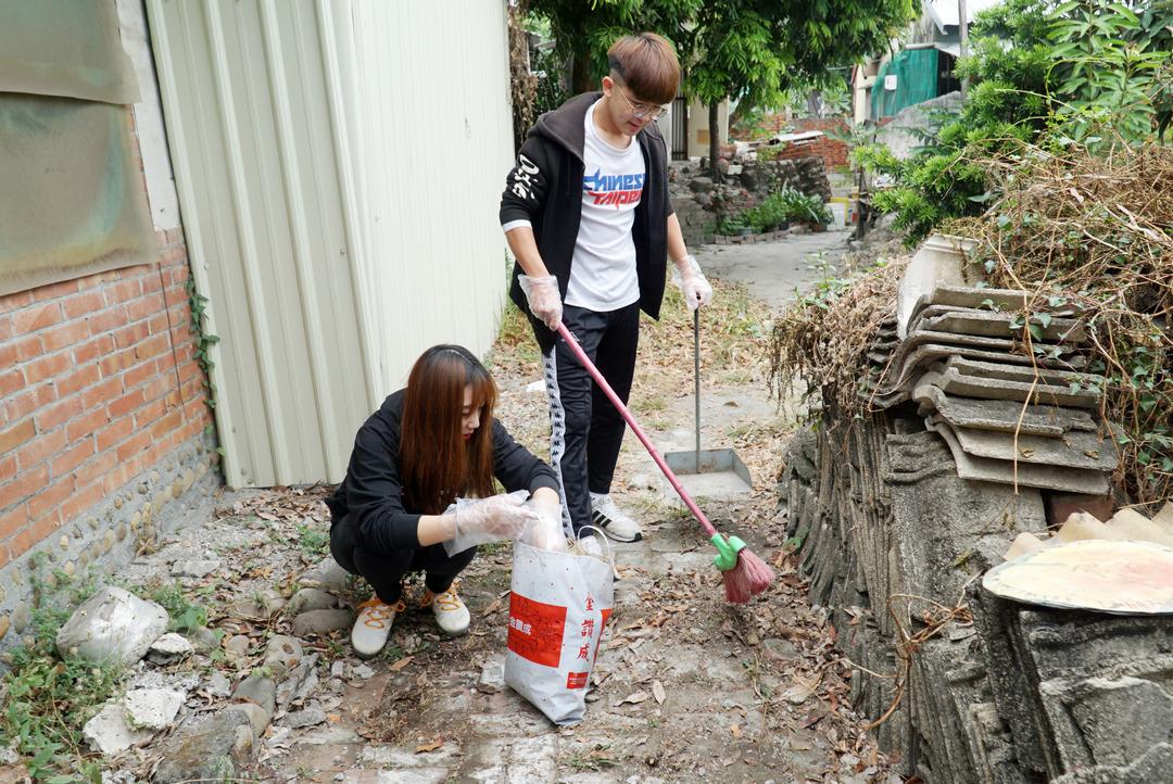 弘道老人福利基金會寒冬助老 大葉大學休閒系學生協助大掃除-大葉大學