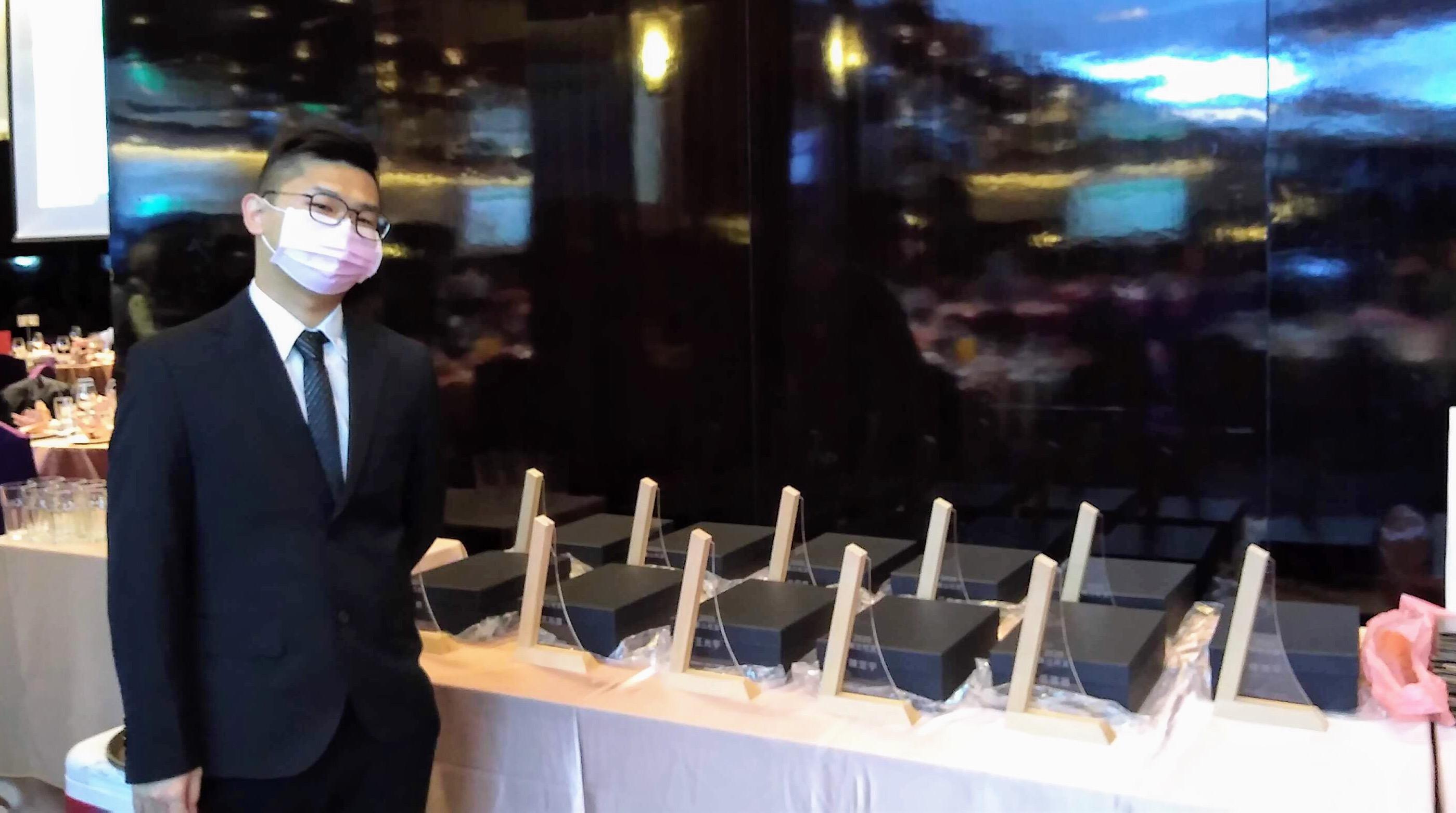 參與傑出校友獎盃設計 聖約翰科大學子木藝作品受青睞-木藝獎