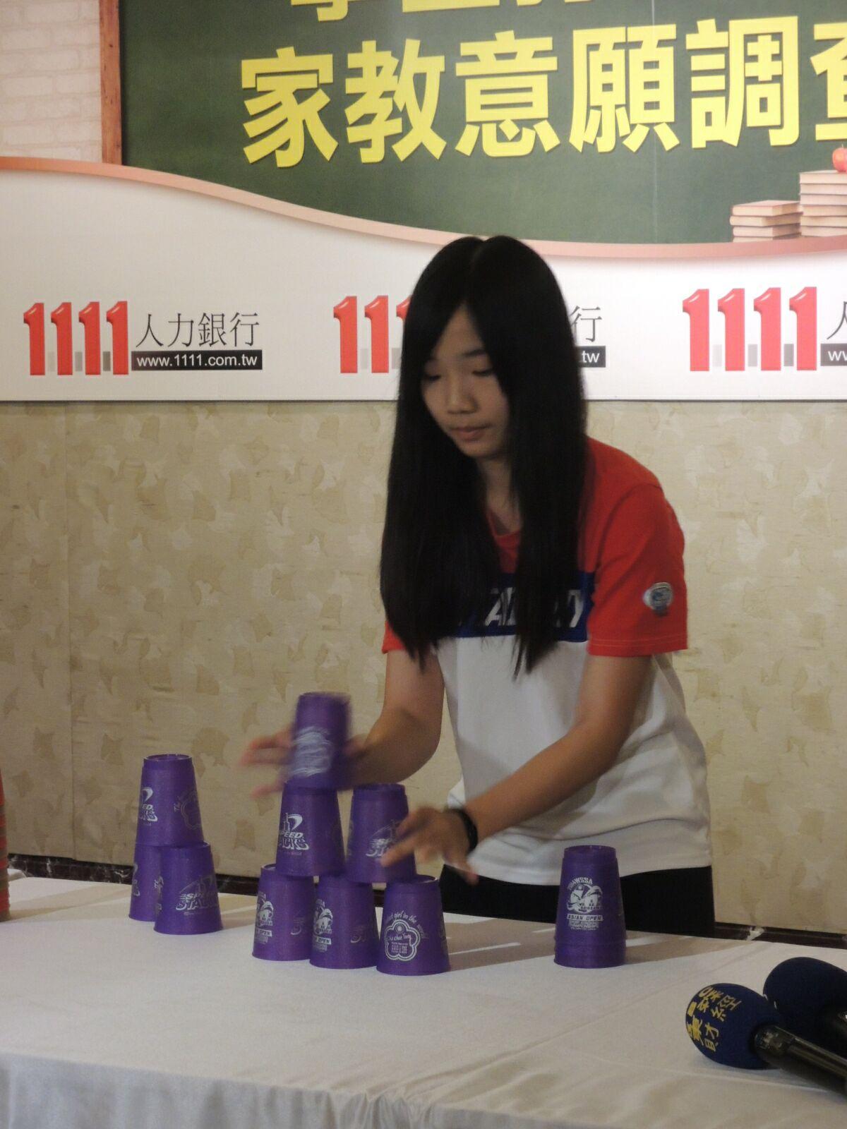由18岁起,妮妮便选择担任「叠杯教练」,主要学群为小学生,幼稚园学童.