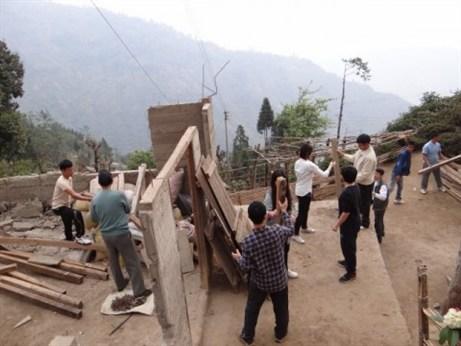 志工與當地居民共同為整建社區大會