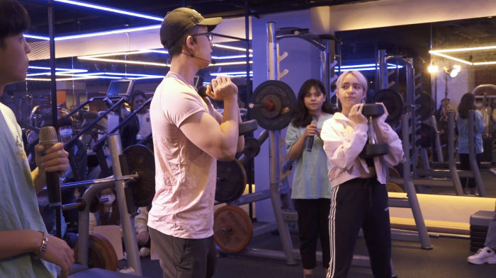 孫安佐英文說明讓你秒懂健身餐旅實境體驗 醒吾科大最炫職場英語體驗-表演藝術系
