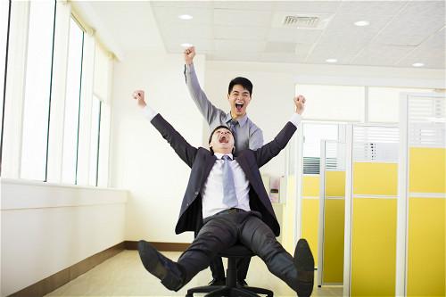 產經新聞-29家企業釋千職缺 幸福企業年終上看6個月 優渥生育津貼